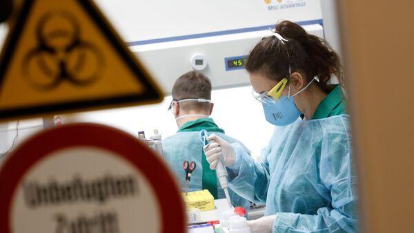 Científicos en un laboratorio - Sputnik Mundo