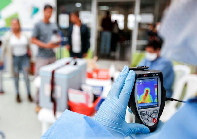 El personal médico con un escáner térmico en Ecuador