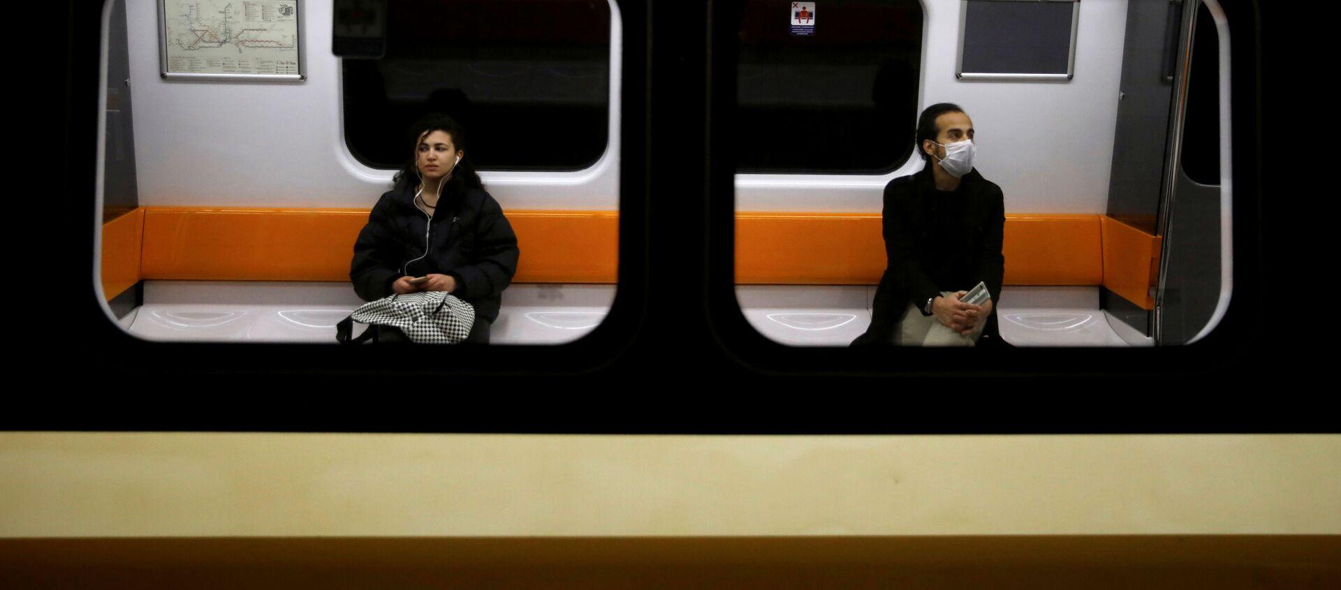 Dos personas mantienen la distancia en un tren por coronavirus - Sputnik Mundo, 1920, 26.03.2020
