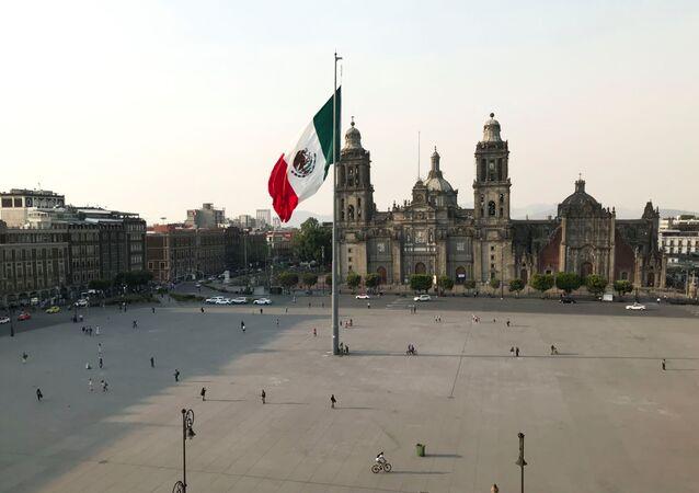 La Plaza del Zócalo en la Ciudad de México, vacía por coronavirus