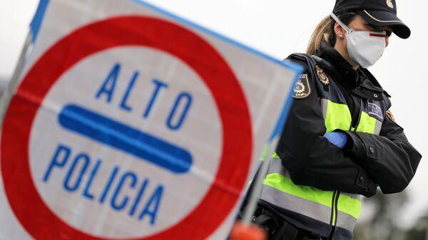 Una policía española con mascarilla puesta - Sputnik Mundo