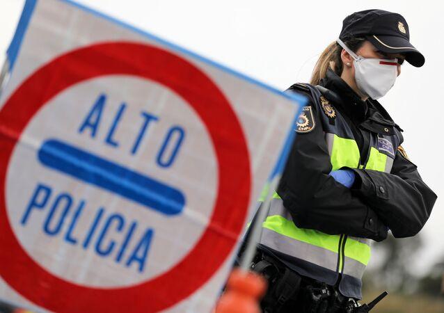Una policía española con mascarilla puesta