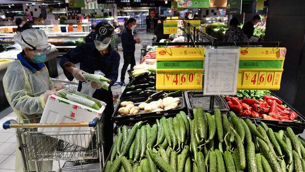 Un supermercado en Wuhan, China - Sputnik Mundo