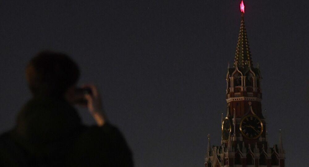 La Torre Spasskaya del Kremlin de Moscú con la iluminación apagada en el marco de la Hora del Planeta (archivo)