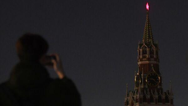 La Torre Spasskaya del Kremlin de Moscú con la iluminación apagada en el marco de la Hora del Planeta (archivo) - Sputnik Mundo