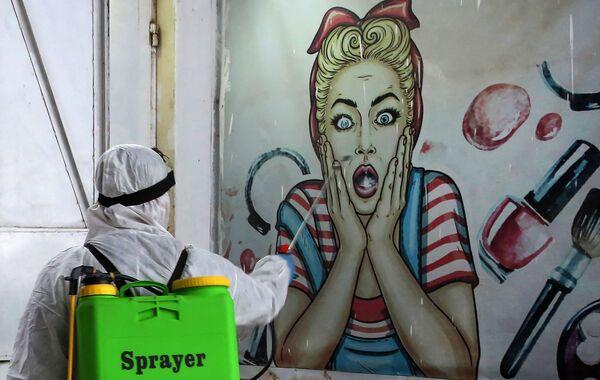 La desinfección de una tienda en Bagdad, Irak. - Sputnik Mundo