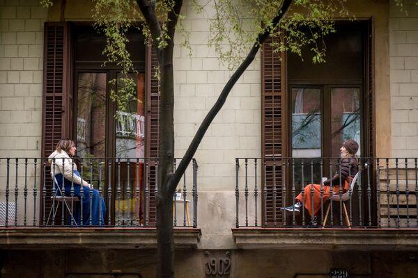 Los ciudadanos en Barcelona en cuarentena se comunican desde sus balcones. - Sputnik Mundo