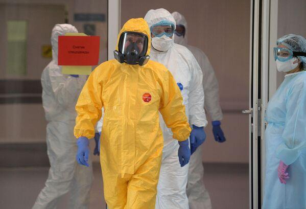 Vladímir Putin visita un hospital que recibe a pacientes con coronavirus. - Sputnik Mundo