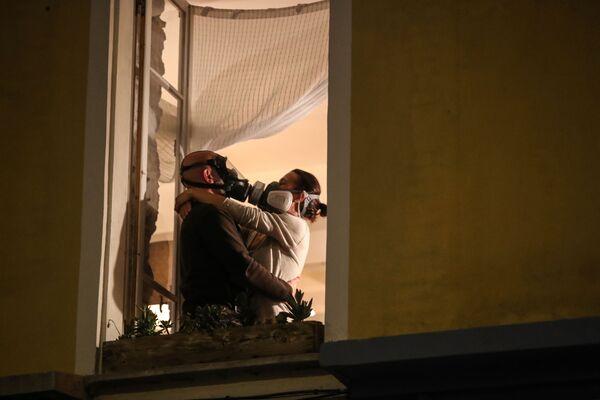 Un hombre y una mujer con máscaras protectoras en Niza, Francia. - Sputnik Mundo