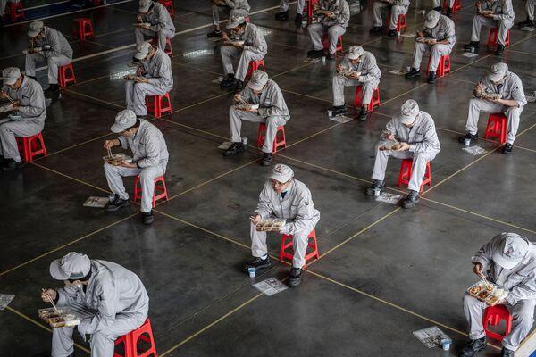 Así se ve una fábrica de automóviles en Wuhan a la hora del almuerzo. - Sputnik Mundo