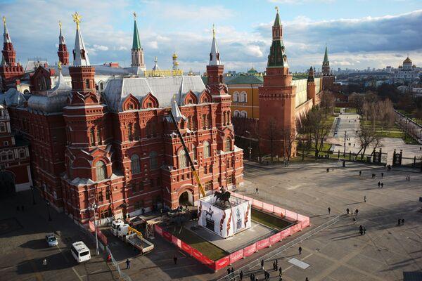 Instalan el nuevo monumento al Mariscal Zhúkov en la Plaza Manezh de Moscú. - Sputnik Mundo
