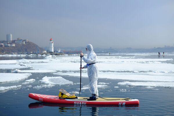 Los fanáticos del surf en Vladivostok han abierto la temporada anual de 'Robo del hielo'. - Sputnik Mundo