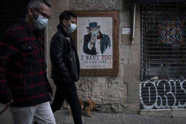 Los habitantes de Barcelona cerca de un cartel realizado por un artista callejero donde dice quiero que te quedes en casa. - Sputnik Mundo