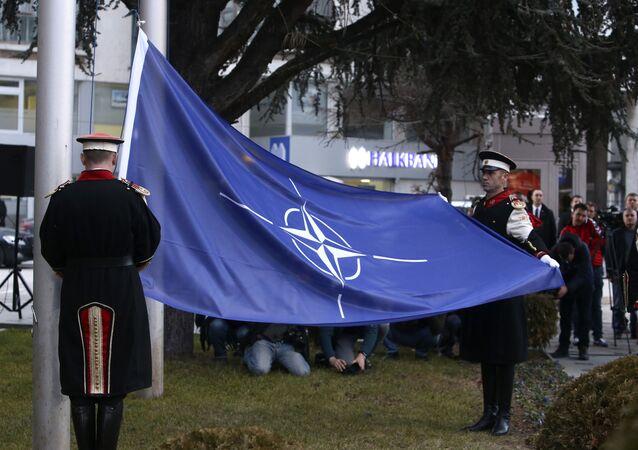 Bandera de la OTAN en Macedonia del Norte