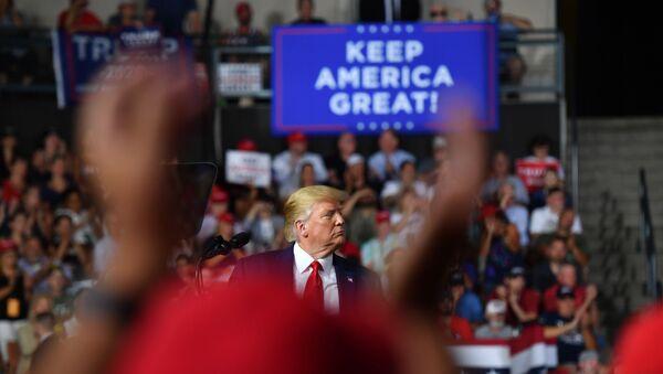 Donald Trump, presidente de EEUU, y slogan 'Mantenga América grande' - Sputnik Mundo