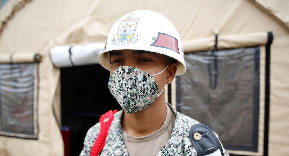Militar colombiano con mascarilla en hospital para pacientes con COVID-19