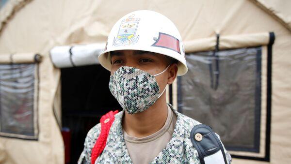 Militar colombiano con mascarilla en hospital para pacientes con COVID-19 - Sputnik Mundo