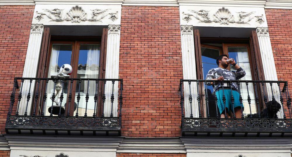 Un madrileño en el balcón de su casa