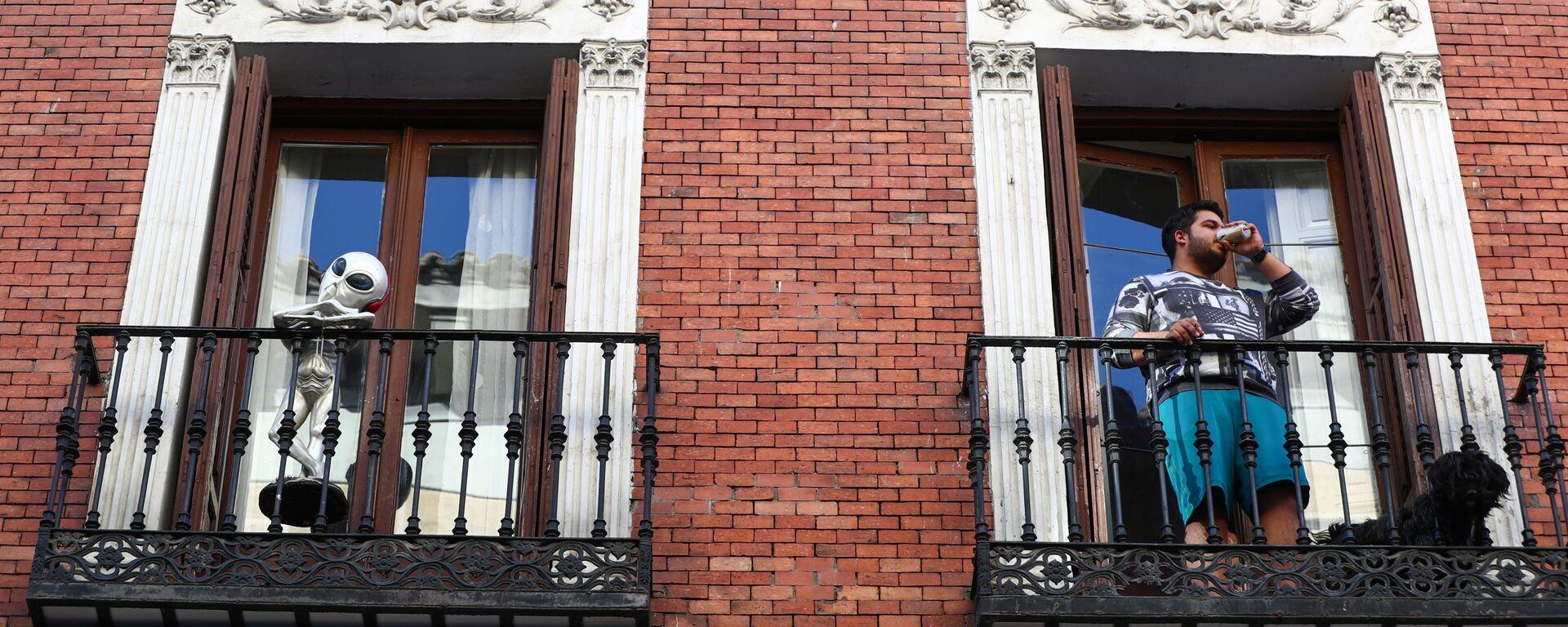 Un madrileño en el balcón de su casa - Sputnik Mundo, 1920, 21.04.2020