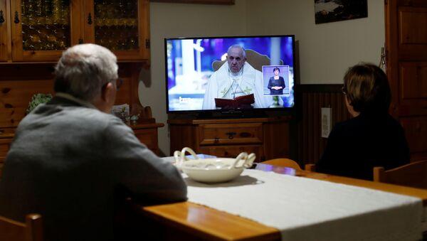 El papa Francisco se dirige a los fieles por TV - Sputnik Mundo