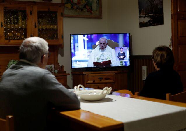 El papa Francisco se dirige a los fieles a través de internet