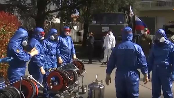 Especialistas rusos realizan sin parar trabajos de desinfección en Italia - Sputnik Mundo
