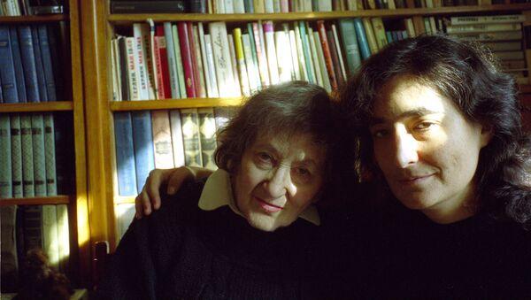 Elena Rzhévskaya con su nieta Liubov Summ - Sputnik Mundo