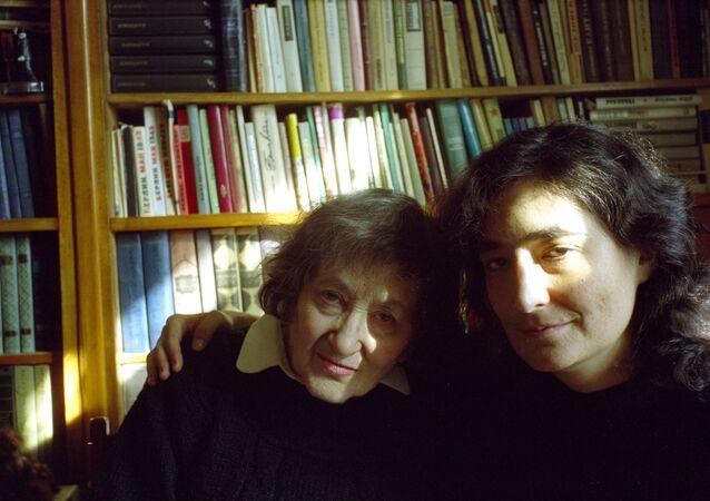 Elena Rzhévskaya con su nieta Liubov Summ