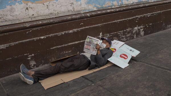 Un hombre en situación de calle en Lima, Perú, en medio de la pandemia de COVID-19 - Sputnik Mundo