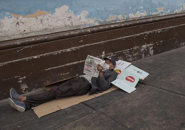 Un hombre en situación de calle en Lima, Perú, en medio de la pandemia de COVID-19