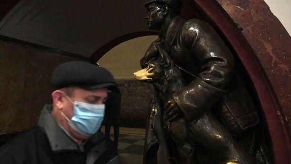 Un hombre en mascarrilla en el metro de Moscú - Sputnik Mundo