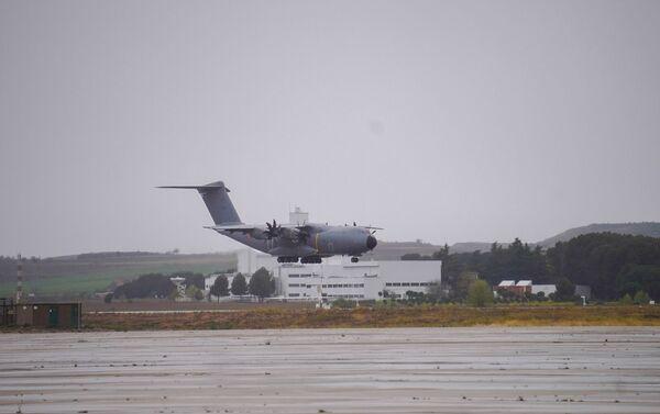 A400M del Ejército del Aire con 14 toneladas de material sanitario en Torrejón (Madrid) - Sputnik Mundo