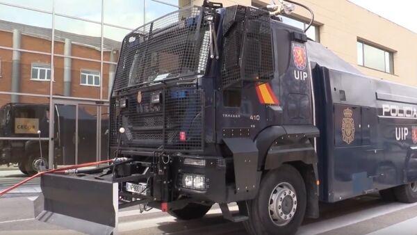 Camión lanza agua de la Policía Nacional en Madrid - Sputnik Mundo