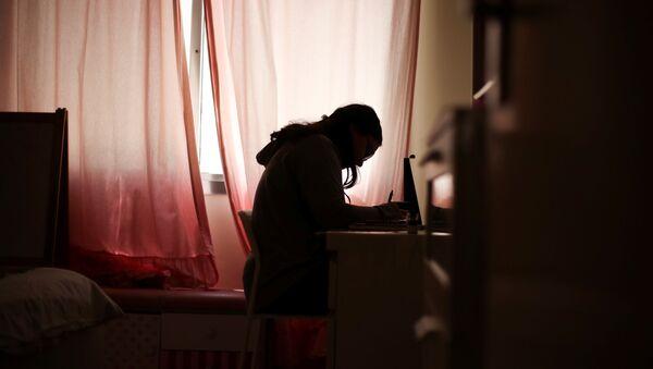 Una chica estidia desde casa durante la pandemia de coronavirus - Sputnik Mundo