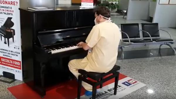 Mongiardi al piano en el hospital de Varese (Italia) - Sputnik Mundo