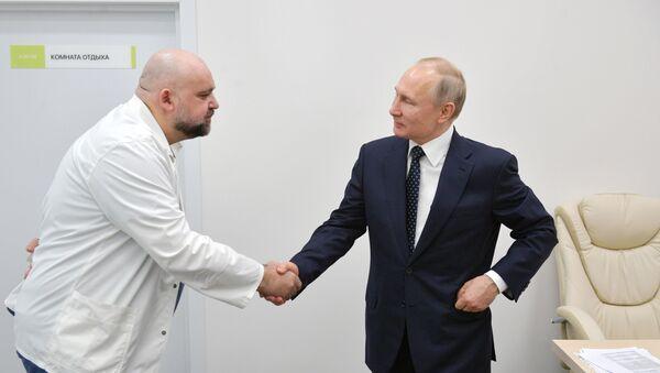 El jefe del centro moscovita de cuarentena por el covid-19, Denís Protsenko, y el presidente de Rusia, Vladímir Putin - Sputnik Mundo