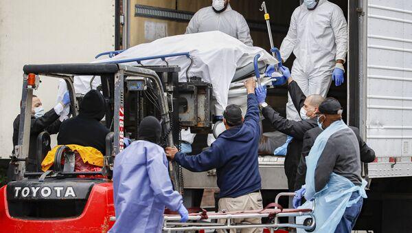 Un cuerpo envuelto en plástico es descargado de un camión refrigerado en Brooklyn - Sputnik Mundo