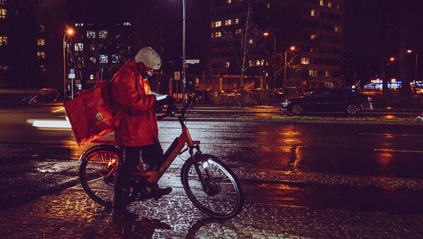 Un repartidor de comida en bicicleta. Imagen referencial - Sputnik Mundo