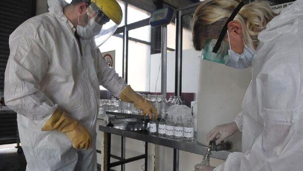 Trabajadores de Madygraf haciendo alcohol en gel - Sputnik Mundo