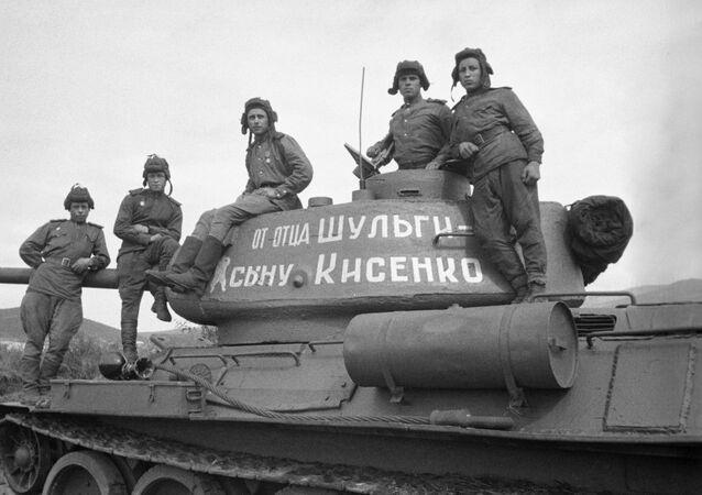 Un tanque T-34 construido con recursos donados por la cooperativa agrícola Pushkin y entregado al Ejército Rojo de Obreros y Campesinos en 1943, durante la invasión nazi a la Unión Soviética
