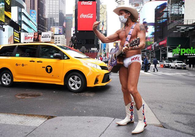 Un músico sin ropa en la calle de Nueva York, EEUU