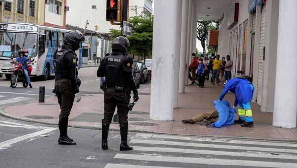 Paramédico cubre el cuerpo de una persona que colapsó durante la pandemia en Guayaquil - Sputnik Mundo