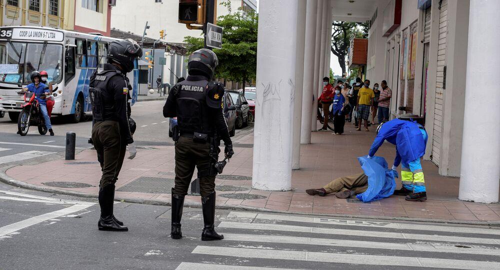 Paramédico cubre el cuerpo de una persona que colapsó durante la pandemia en Guayaquil