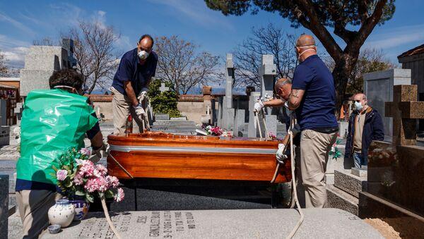 Trabajadores funerarios - Sputnik Mundo