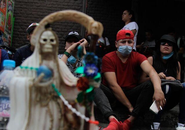Mexicanos, creyentes de la Santa Muerte, en las mascarillas (imagen referencial)