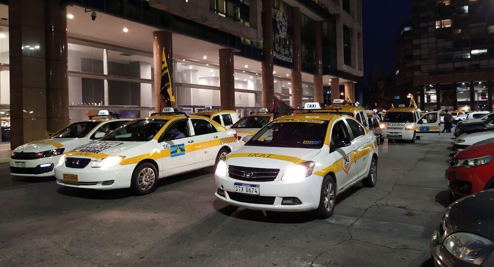 Taxistas uruguayos movilizados frente a la Torre Ejecutiva, sede del Poder Ejecutivo uruguayo en Montevideo
