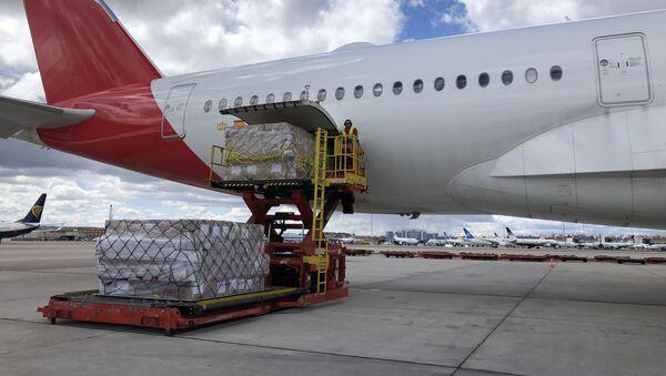 Dos aviones con material sanitario procedente de China en el aeropuerto de Barajas, Madrid - Sputnik Mundo