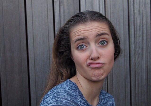 Una joven con cara de aburrimiento
