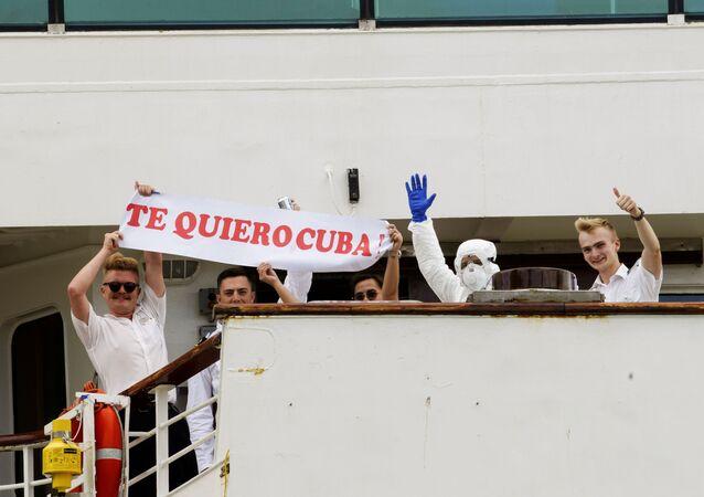 Pasajeros del crucero Braemar con una pancarta