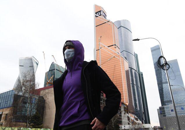 Un hombre en mascarilla en Moscú, Rusia